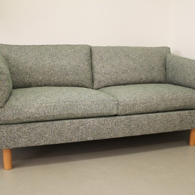 """Soffa av Søren Lund omklädd i tyget """"Latch"""" från Kirkby Design"""