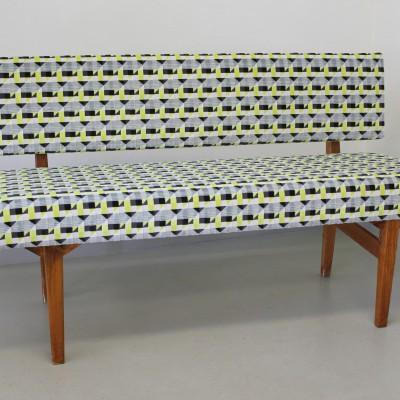 """Helrenoverad liten soffa klädd i tyget """"Piccadilly"""" i kollektionen Underground Velvets från Kirkby Design"""