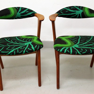 Stolar omklädda i mönstrat tyg