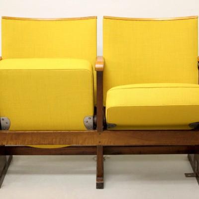 """Ett par biostolar i gult tyg,""""Front"""" Ludvig Svensson."""
