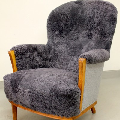 """Fåtölj omklädd i fårskinn och filtat ulltyg, """"Leaf Recycled"""" från Kirkby Design."""