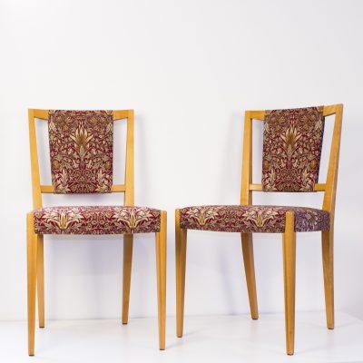 """Två av fyra stolar klädda i Morris linnetyg """"Snakeshead"""""""