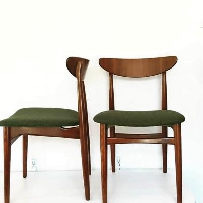 Två av sex stolar omklädda i tyget Rami från Ludvig Svensson.